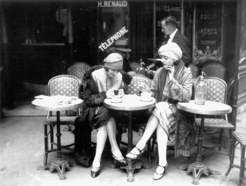 Cafe et Cigarette Paris 1925 credit: Roger Viollet